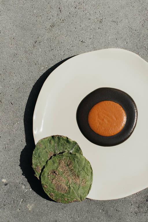 Prato com círculos verde, laranja e marrom