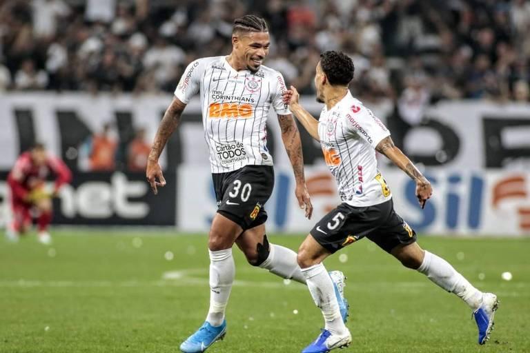 Junior Urso e Gabriel, do Corinthians, comemoram gol