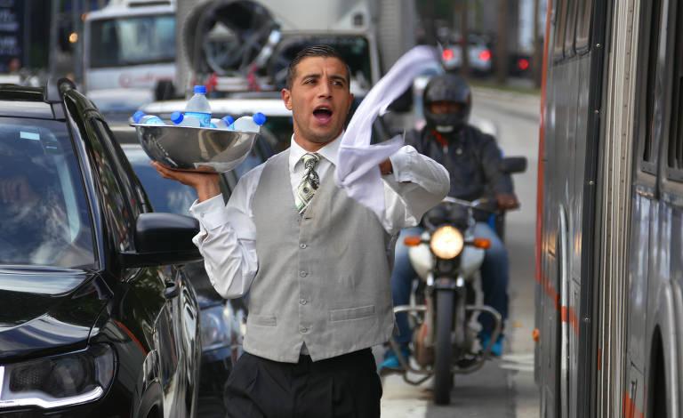 Thauã Paulista, o ambulante elegante, que faz sucesso vendendo água para motoristas na esquina das avenidas Rebouças e Brasil, na zona sul de São Paulo