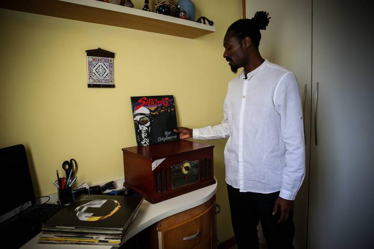 Diogo mostra o disco de Sabotage sobre a vitrola que fica em seu escritório