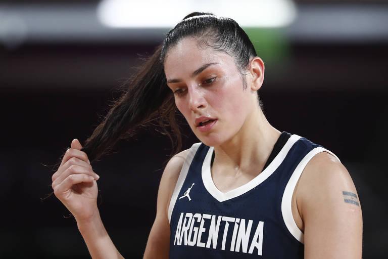 Ornella Santana, da seleção feminina de basquete da Argentina, durante a partida contra os Estados Unidos. Ela veste o uniforme azul-escuro que foi vetado no jogo contra a Colômbia