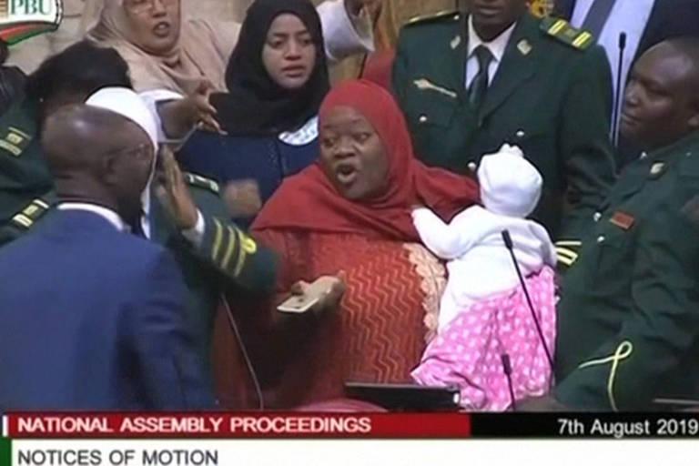 Legisladora queniana é expulsa do Parlamento por levar filha de 5 meses ao trabalho; veja
