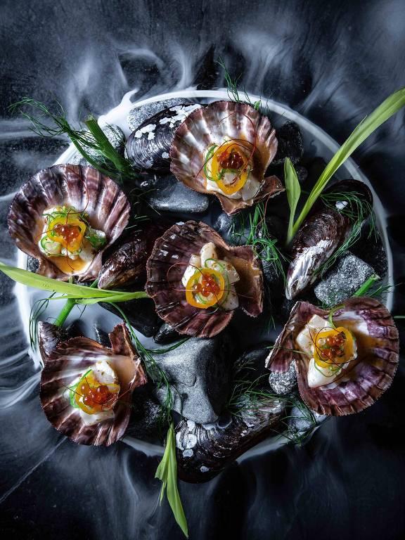 Coral de conchas --com vieiras, purê de ervas, leite de tigre, picles de aji amarillo, finalizado com ovas tobiko-- do menu do Imakay