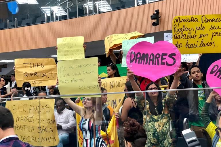 Damares participa de audiência pública em Campinas em meio a aplausos e protesto