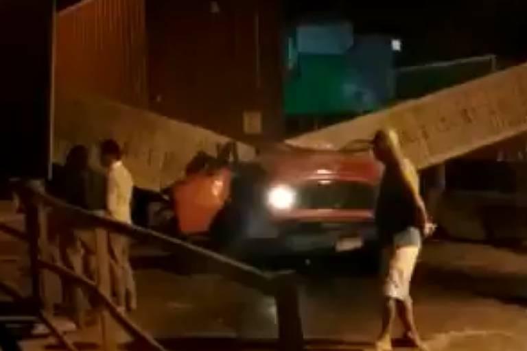 Caminhão caído sobre viaduto após batida no Rio
