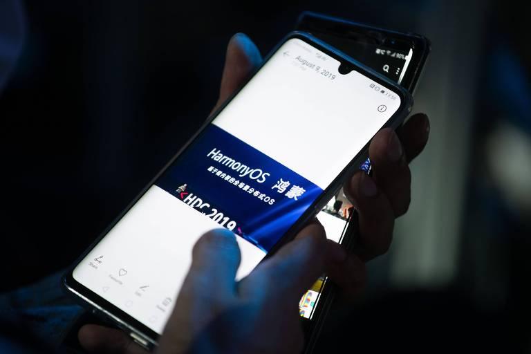 Telefone mostra foto tirada durante evento da Huawei sobre seu sistema operacional HarmonyOS, em Dongguan, na China