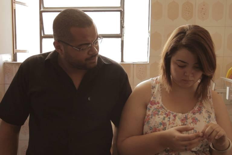 """Élida Silpe e André Novais Oliveira em cena do curta metragem """"Pouco Mais de Um Mês"""", dirigido por André"""