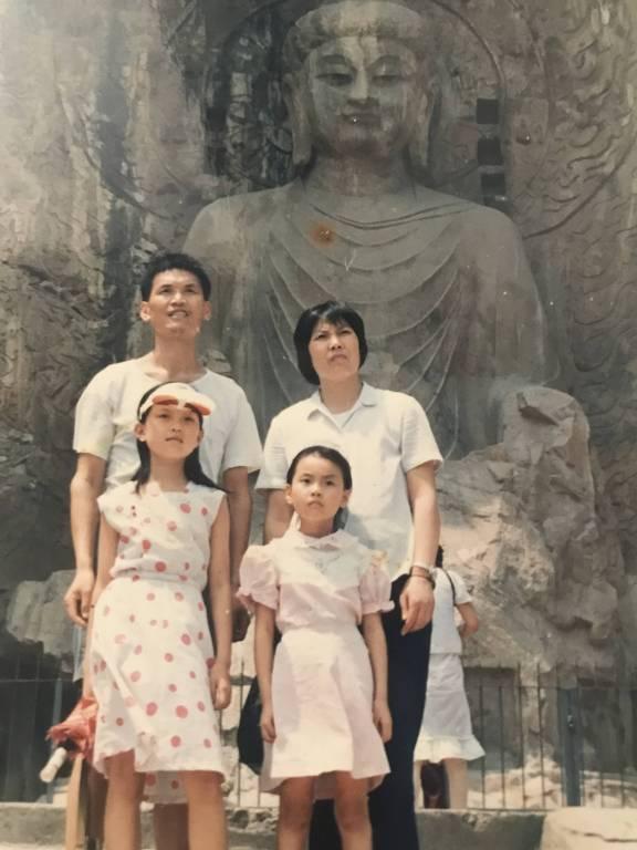 família em frente a templo budista