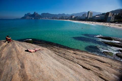 RIO DE JANEIRO, RJ, BRASIL, 06-06-2013, 12h00: Depois de alguns dias ruins o sol volta a aparecer no Rio de Janeiro. No Arpoador a agua estava clara e banhistas aproveitaram para o banho de mar. (Foto: Daniel Marenco/Folhapress, COTIDIANO)