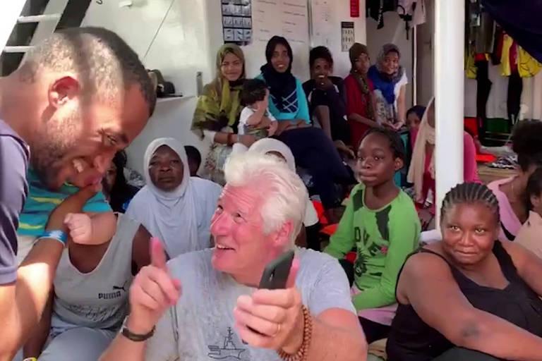 Resultado de imagem para fotos Ator Richard Gere leva água e comida a navio humanitário com 121 imigrantes