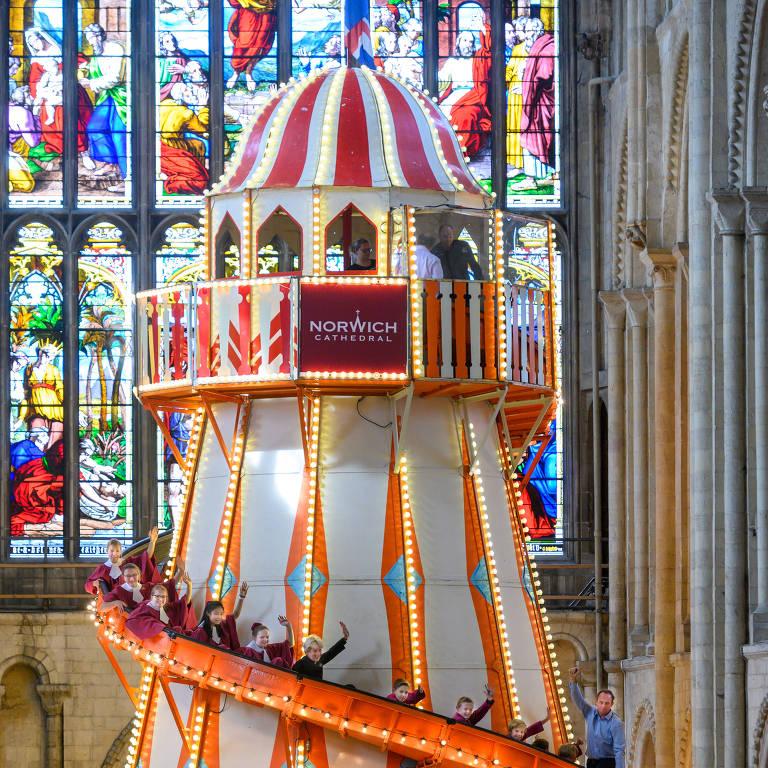 Escorregador gigante instalado na catedral de Norwich