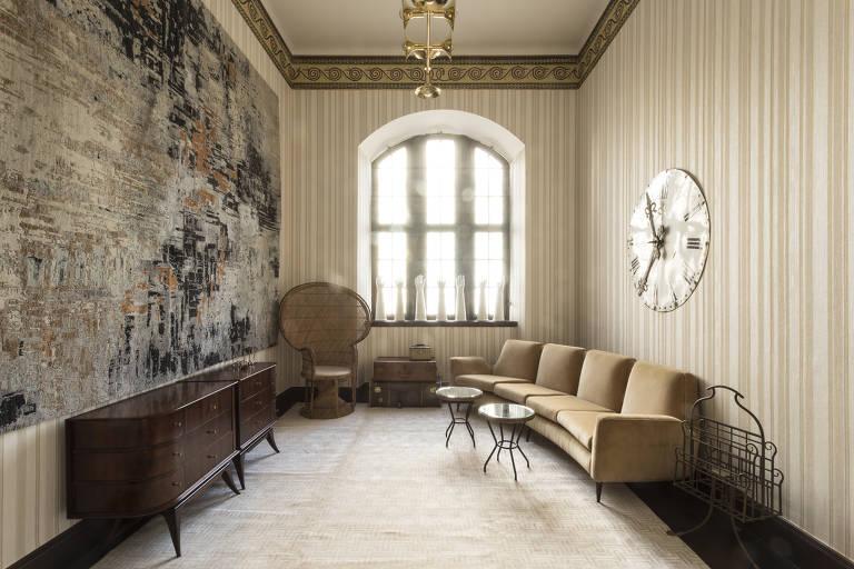 Sala com sofá e mesa
