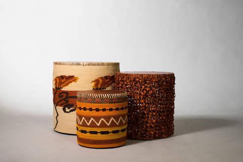Da Coleção Alma-Raiz, de Maria Fernanda Paes de Barros, mesas Palafitas, de trançado de tucumã tingido e estrutura de madeira (55 x 57 cm e 35 x 36 cm), e banco Palafita Tricô, com palha de tucumã, cobre e estrutura de madeira (45 x 50 cm). R$ 4.000, R$ 3.000 e R$ 4.300, da Yankatu, yankatu.com.br