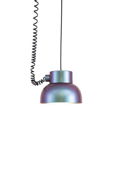 Pendente 2050 Único, de Mauricio Arruda. Com refletor de alumínio e cordão preto (22 x 16 cm). R$ 1.680, da Bertolucci; bertolucci.com.br