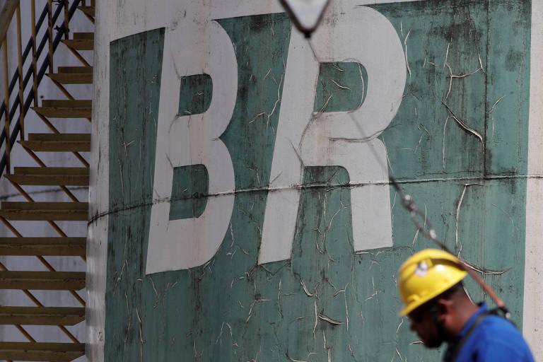 Tanque da Petrobras; estatal reajusta valor da gasolina