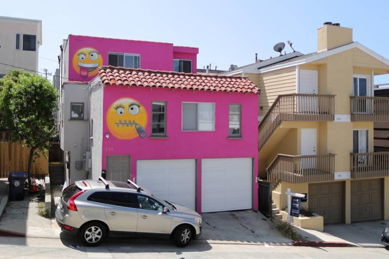 Casa pintada de rosa e com dois emojis gigantes provoca confusão nos Estados Unidos