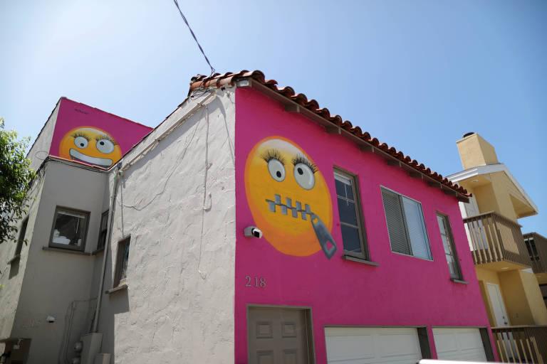 Casa pintada com emojis