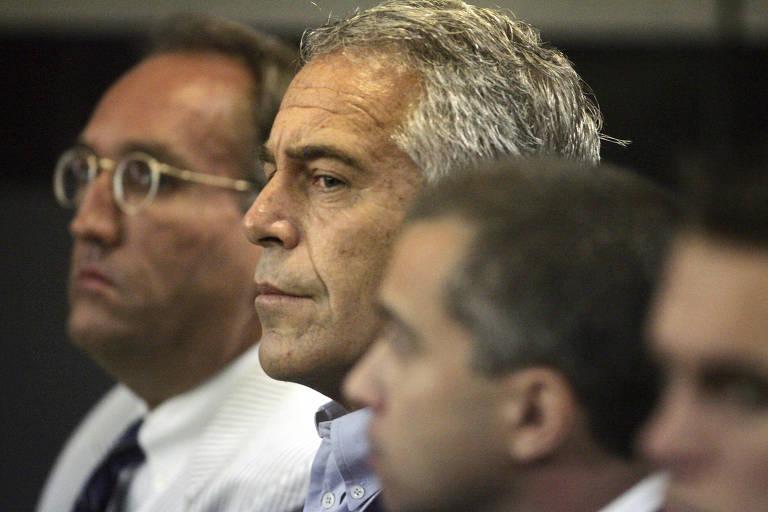 O empresário Jeffrey Epstein, ao centro, em corte em West Palm Beach, na Flórida