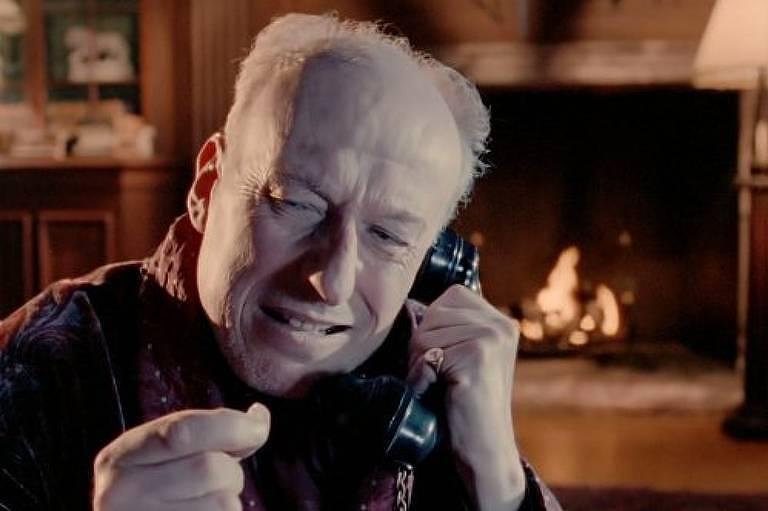 O ator Vernon Dobtcheff em cena da adaptação de 'O Natal de Hercule Poirot' para a série televisiva 'Poirot' em 1994