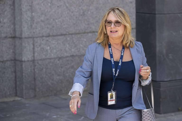 A repórter Julie K. Brown, do Miami Herald, deixa corte federal, em Nova York, que julgou pedido de pagamento de fiança de Jeffrey Epstein
