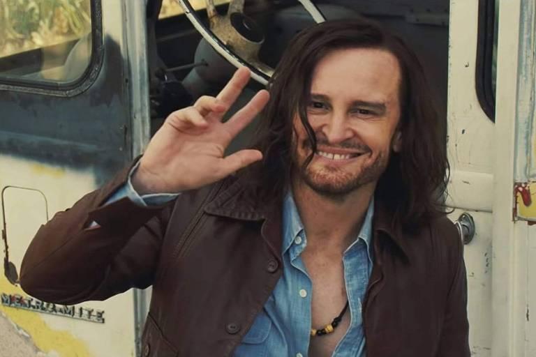 O ator Damon Herriman intepreta o líder de culto Charles Manson em cena de 'Era uma Vez...em Hollywood', de Quentin Tarantino