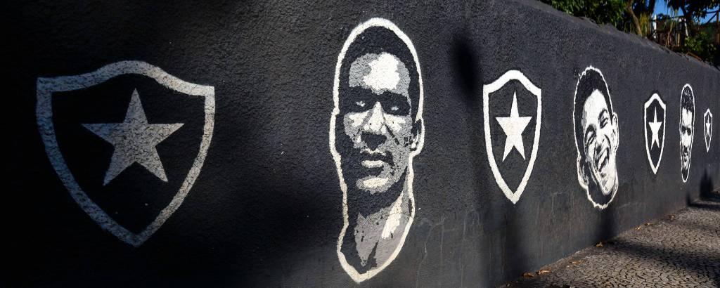 Muro da sede do Botafogo, na zona sul do Rio, com imagens de Didi e Garrincha, ídolos do clube