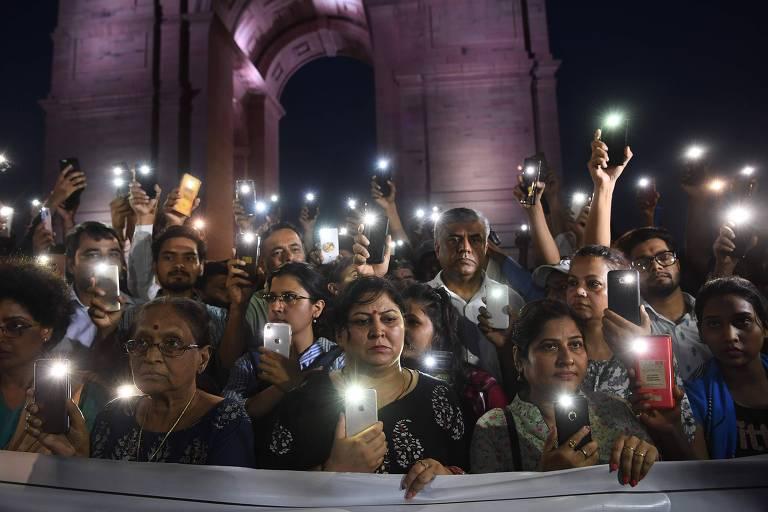 Ativistas em Nova Déli protestam em frente à Porta da Índia em homenagem a vítima de estupro