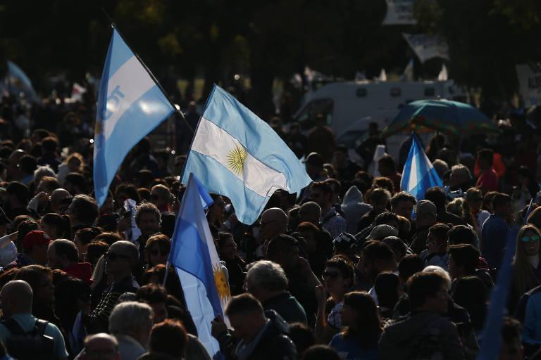 Apoiadores do candidato à Presidência Alberto Fernández em comício de Rosário, na Argentina