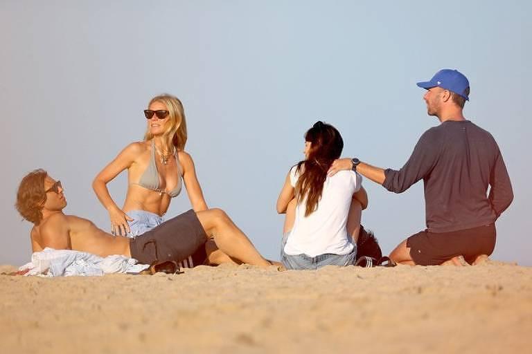 Chris Martin aproveita praia ao lado de ex, Gwyneth Paltrow, e atual, Dakota Johnson