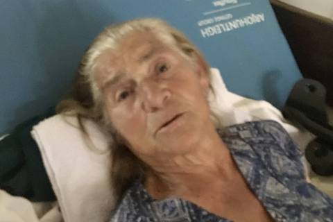Maria Aparecida Firmo, 78, avó da primeira dama Michelle Bolsonaro, aguarda vaga para cirurgia em uma maca improvisada no corredor do hospital público de Ceilândia, cidade-satélite de Brasília.Foto:Daniel Carvalho/Folhapress