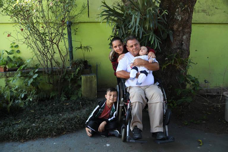 Após acidente e divórcio, caminhoneiro vira pai solo de filhas e neto