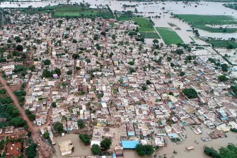 Vista aérea do vilarejo de Kamtagi, submerso com na enchentes, no distrito de Karnataka, a 460km de Bangalore, em 10 de agosto de 2019.