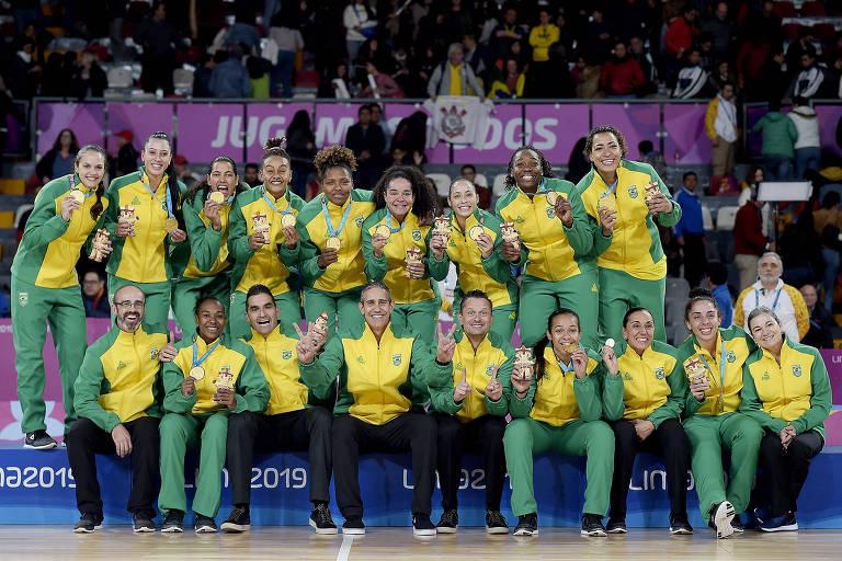 Seleção brasileira de basquete feminino exibe as medalhas de ouro, conquistadas após vitória sobre os Estados Unidos na final do Pan-2019
