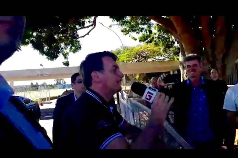 Em tom de brincadeira, o presidente Jair Bolsonaro pegou o microfone de um repórter e indagou se tudo que falasse iria ser publicado