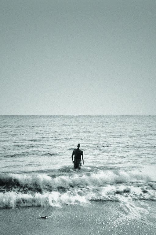 Cineasta Hector Babenco entra no mar