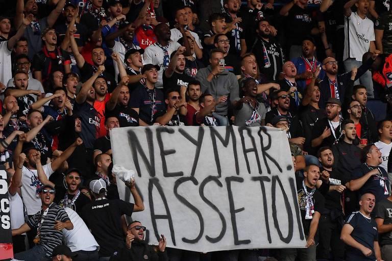 Faixa da torcida do PSG pedindo a saída de Neymar