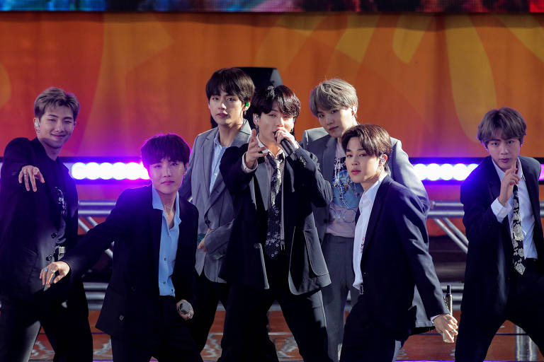 Membros do BTS se apresentando no Good Morning America do canal ABC