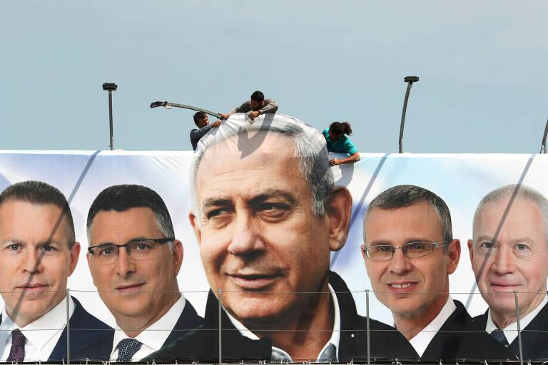 Outdoor em Jerusalém exibe a imagem de Binyamin Netanyahu e outros candidatos de seu partido, o Likud, antes da eleição de abril