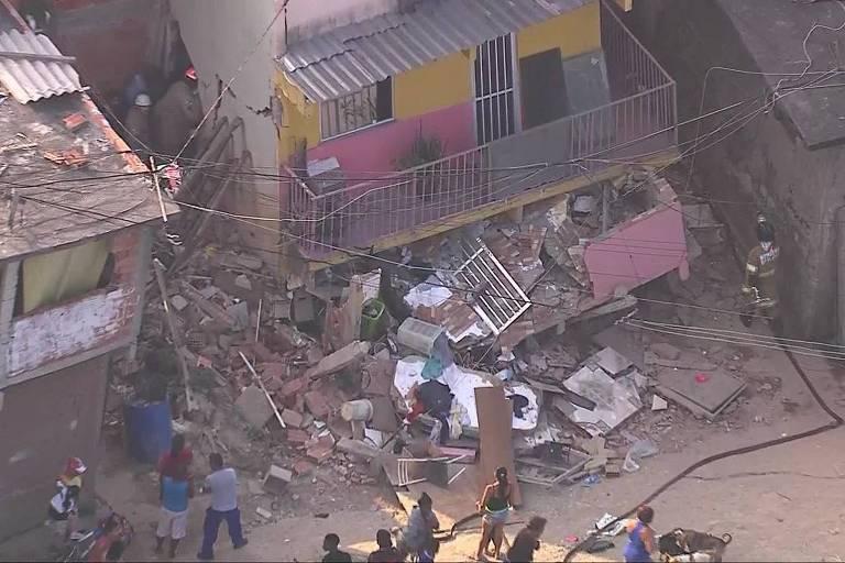 Escombros de casa após desabamento em Curicica, no Rio