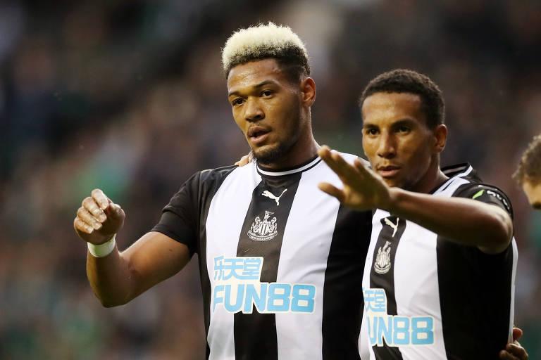 Joelinton comemora gol pelo Newcastle em amistoso de pré-temporada contra o Hibernian, da Escócia