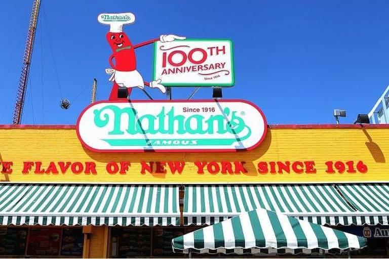 Nathan's se apresenta como o local dos cachorros-quentes desde 1916