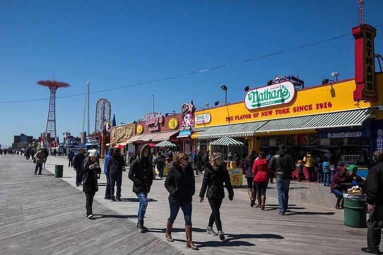 A inauguração de uma linha férrea tornou Coney Island o ponto de recreação favorito de Nova York que é hoje