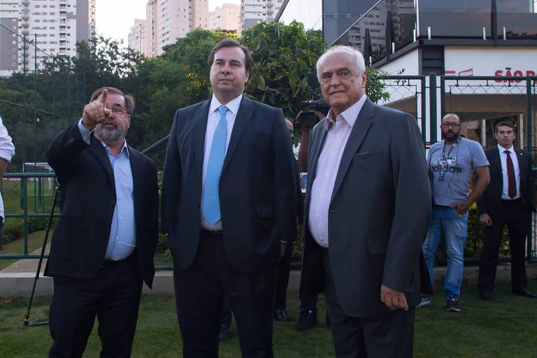 O presidente da Câmara Rodrigo Maia (ao centro) assiste ao treino do São Paulo acompanhado de Marco Aurélio Cunha coordenador da seleção feminina de futebol (à esq.) e do presidente Carlos Augusto de Barros e Silva