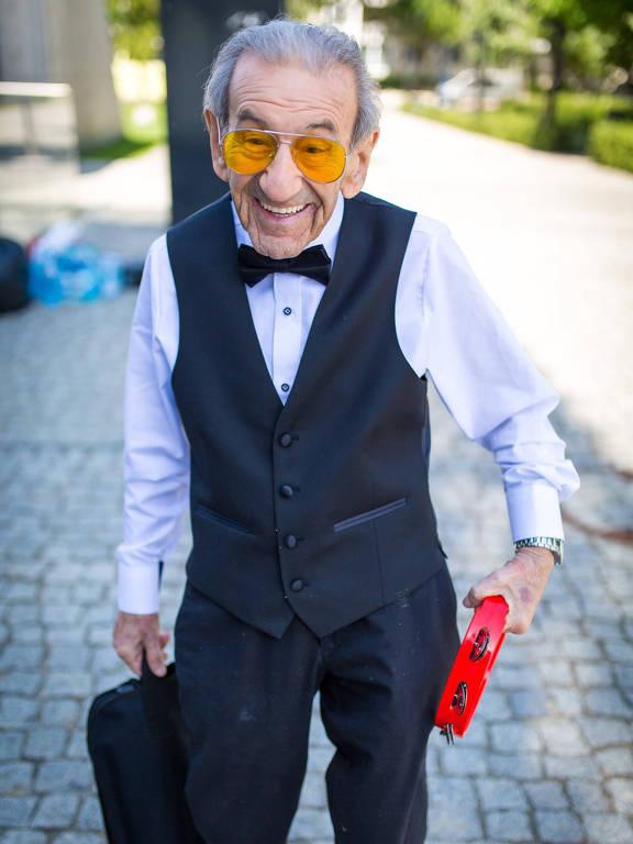homem idoso de terno e gravata borboleta