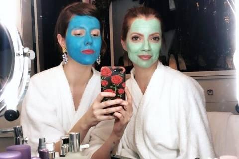 Julia Petit e Jana Rosa em imagem do Instagram apresentando produtos para cuidados com a pele