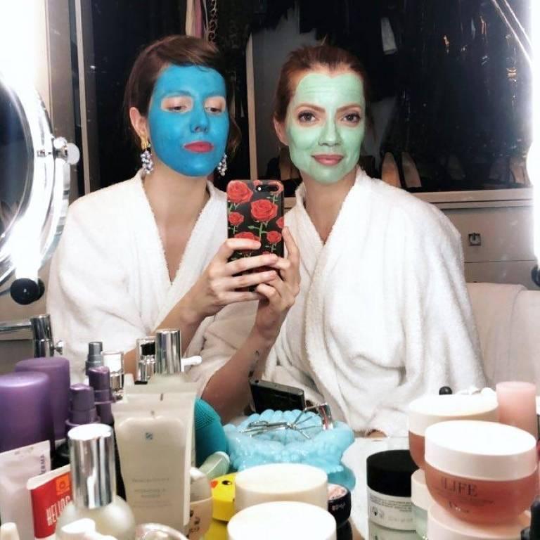 Jana Rosa e Julia Petit  enquanto gravam vídeo sobre produtos para cuidados com a pele