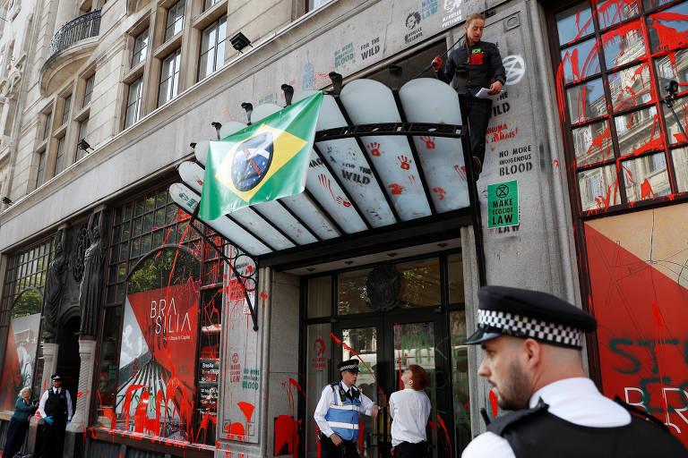 Embaixada do Brasil em Londres é pichada