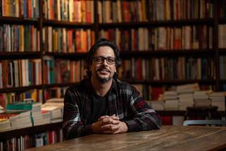O ator Lucio Mauro Filho em uma livraria no Rio de Janeiro