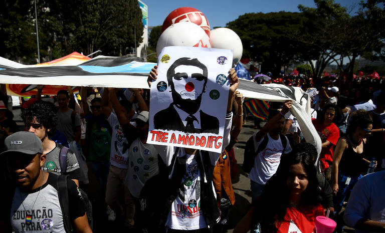 Marcha de estudantes e professores contra cortes na educação, em Brasília