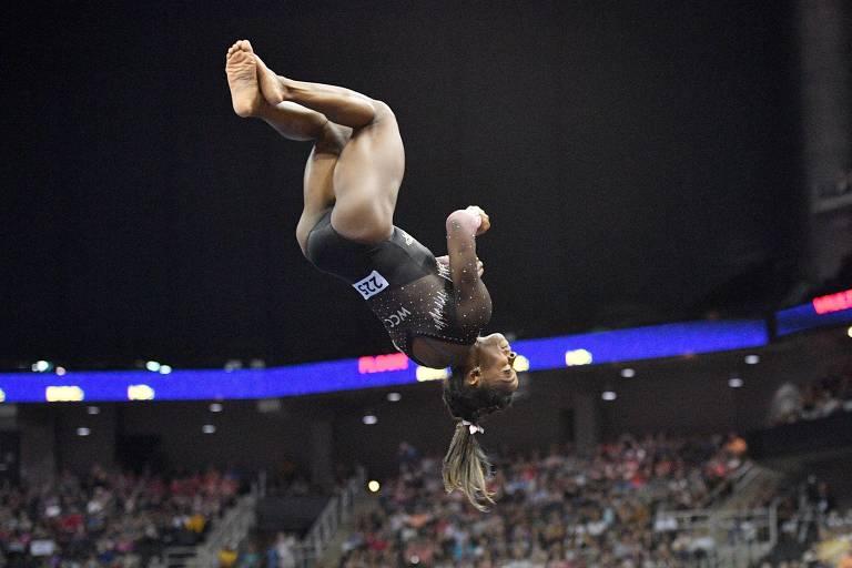 Biles brilha enquanto ginástica dos EUA sofre ao lidar com problemas